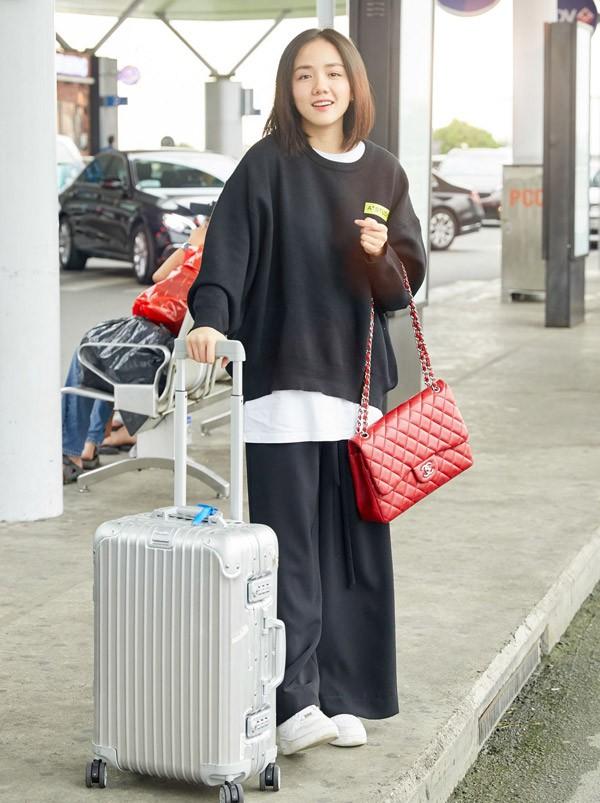 Ca sĩ Phương Ly cũng lên đường sang Hàn Quốc cùng Đỗ Mỹ Linh. Giọng ca Mặt trời của em chọn phong cách đường phố với quần áo oversize, xách túi hiệu đỏ rực.