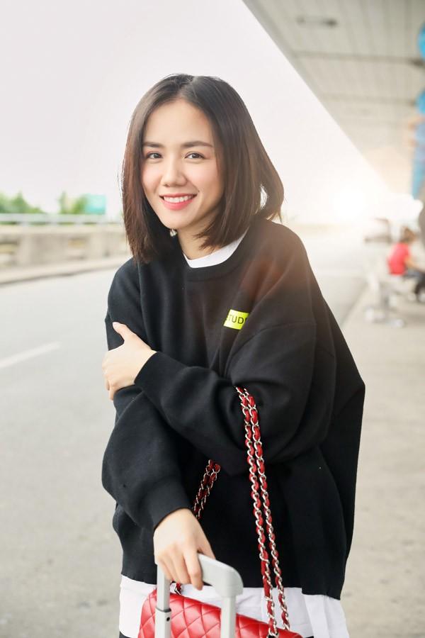 Mặc dù sự nghiệp nghệ thuật không có nhiều dấu ấn nhưng Phương Ly lại rất hot trên mạng xã hội nhờ style ăn mặc cá tính. Tài khoản Instagram của cô đang có hơn 1 triệu lượt người theo dõi.