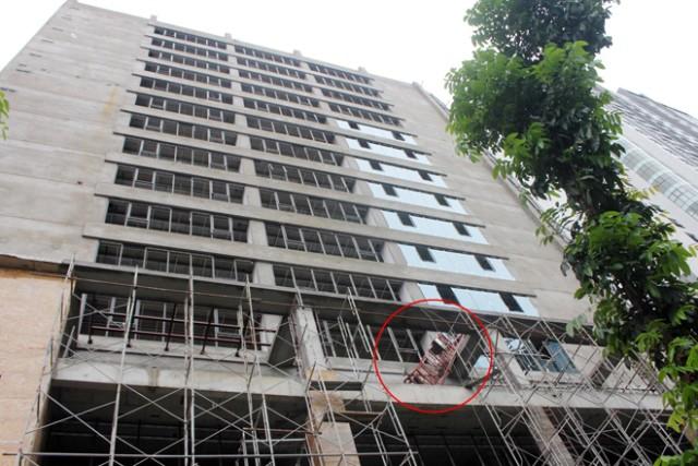 Hệ thống gondola được giữ bởi hệ thống cần trục (ảnh) đặt trên nóc tòa nhà.