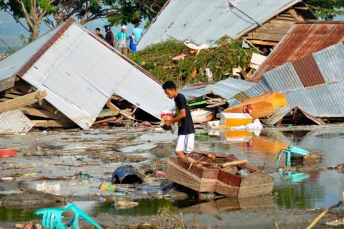 Người dân ở Palu tìm lại đồ đạc sau trận sóng thần. Ảnh: AP.