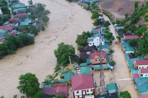 Thị trấn Mường Xén bị nhấn chìm trong cơn lũ chiều 17/8. Ảnh: Duy Khánh.