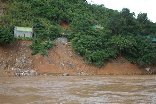 Nhiều nhà dân ở huyện Kỳ Sơn chơi vơi bên mép sông khi lũ đi qua. Ảnh: Anh Thư.