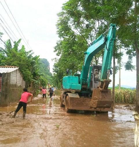 Những con đường ngập trong bùn đất, công tác khắc phục đang khẩn trương triển khai