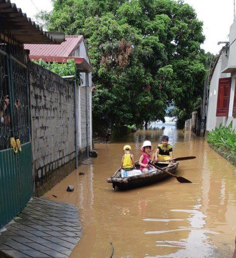 Đường biến thành sông, phương tiện đi lại duy nhất của người dân là thuyền, bè