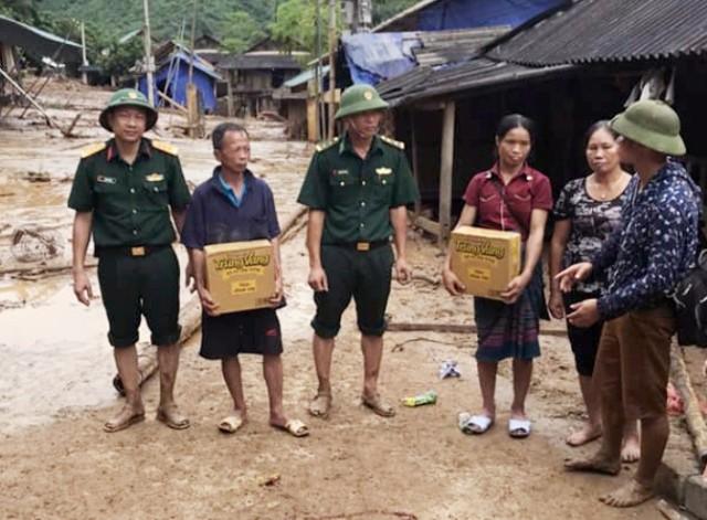 Các chiến sỹ biên phòng Mường Lát xuyên rừng cứu trợ cho bà con