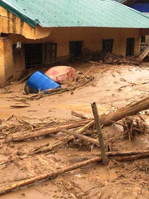 Hàng trăm ngôi nhà bị vùi lấp trong bùn đất.     Ảnh: Ngọc Hưng