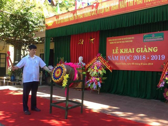 Ông Nguyễn Đình Xứng, chủ tịch UBND tỉnh Thanh Hóa đánh trống khai giảng năm học mới tại Trường Phổ thông dân tộc nội trú THCS Thanh Xuân