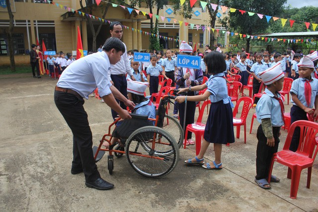 Một bạn học sinh ở trường vùng cao xã Đak Ang (Ngọc Hồi, Kon Tum) có hoàn cảnh khó khăn, khuyết tật được nhà trường và các bạn giúp đỡ. Ảnh: Dân Trí