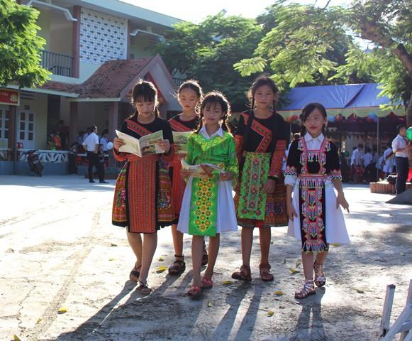 Học sinh huyện vùng cao Mường Lát đến trường nhân ngày khai giảng với những bộ áo, váy dân tộc sặc sỡ
