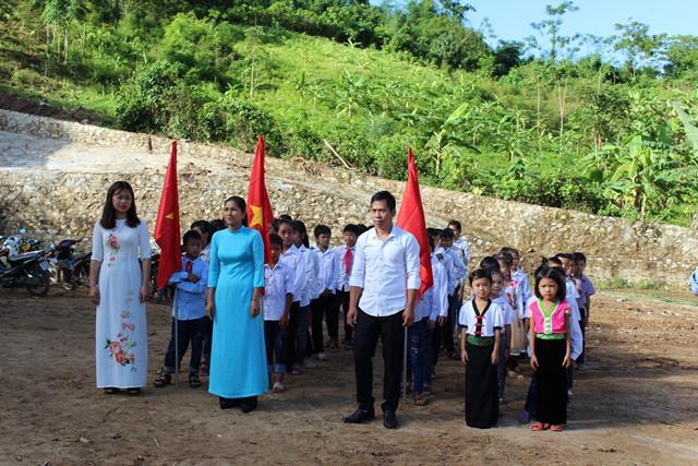 Vượt qua mọi khó khăn, thầy và trò trường Tiểu học Tam Chung đến trường khai giảng năm học mới
