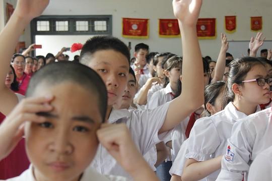 Học sinh của trường PTCS Xã Đàn hát Quốc ca bằng tay