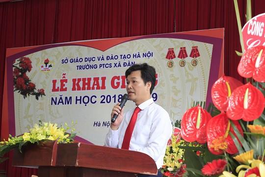 Thầy hiệu trưởng đọc diễn văn khai giảng năm học mới