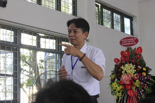 Suốt lễ khai giảng, thầy giáo đứng trên bục chuyển thể sang ngôn ngữ ký hiệu bằng tay.