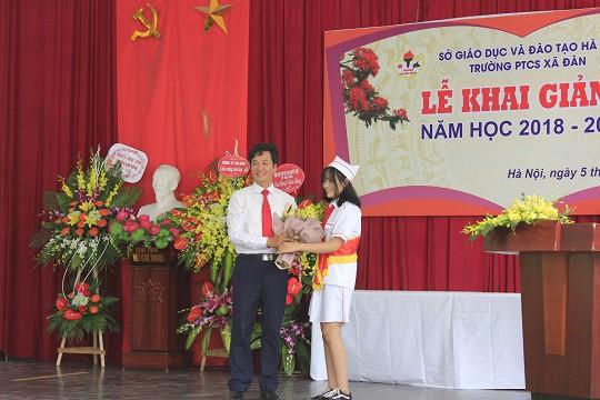 Học sinh tặng hoa cho lãnh đạo nhà trường để tỏ lòng tri ân