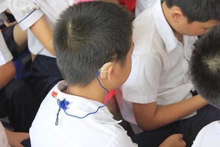 Nhiều học sinh của trường đeo các thiết bị trợ thính.