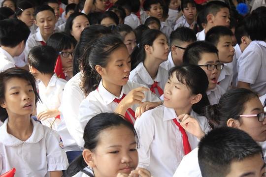 Học sinh của trường trao đổi với nhau bằng ký hiệu tay.