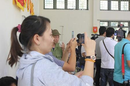 Nhiều phụ huynh tham dự lễ khai giảng chung vui với nhà trường.