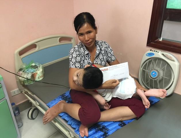 Gia đình cháu Lê Xuân Huy nhận số tiền 3.955.000 đồng của bạn đọc ủng hộ thông qua Báo Gia đình & Xã hội.