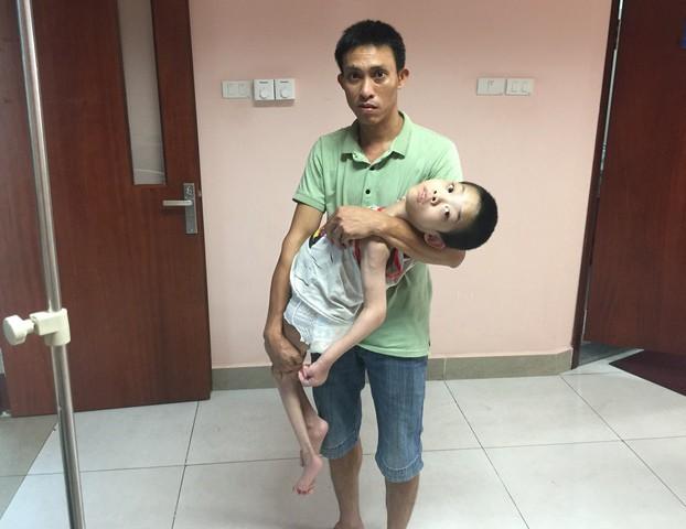 Anh Tỵ cùng con trai tại Bệnh viện Nhi TƯ. Ảnh: PV