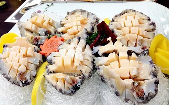 """Trước đây vùng biển Wando của Hàn Quốc nổi danh với món sashimi bào ngư tươi sống thì hiện nay, tại Việt Nam đã có nhiều nhà hàng hải sản có thể phục vụ thực khách sành sỏi sản vật thuộc loại """"xưa nay hiếm"""" tươi sống đến tận bàn ăn này."""
