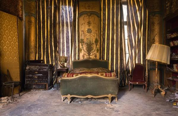 Phòng ngủ ở bị thời gian tàn phá ở Pháp.
