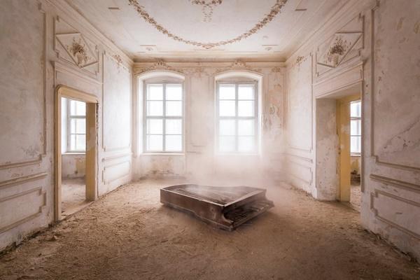 Dường như những chiếc đàn piano thường nằm lặng lẽ một mình tại Ba Lan.