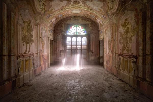 Ánh nắng trải dài qua cửa sổ cung điện tại xử sở mì ống.
