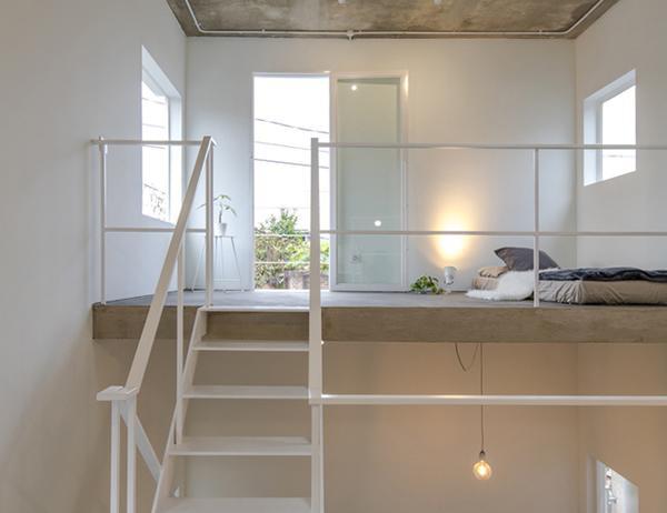 Chỉ cần khéo léo trong việc trang trí đã biến trần nhà thấp trở nên thoáng đãng hơn.