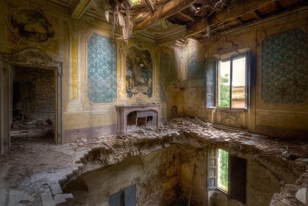 Ngôi nhà cổ kiểu Italia đang trong tình trạng được cải tạo.