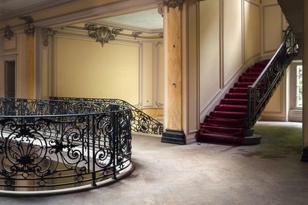 Cầu thang kiểu Pháp vẫn giữ nguyên nét quyến rũ đặc trưng.