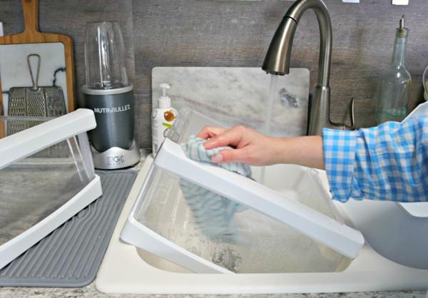 Không nên sử dụng chất tẩy rửa mạnh khi vệ sinh tủ lạnh.