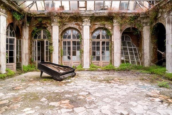 Cây đàn Piano đã bị lãng quên tại Ba Lan.