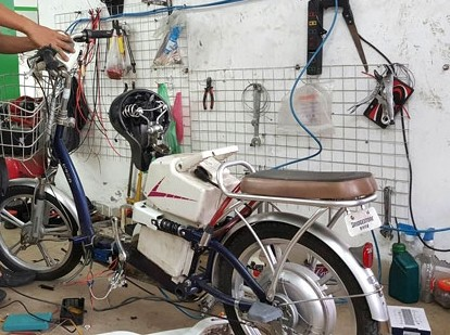 Một chiếc xe đạp điện đang được tháo dây hãm tốc để chạy tốc độ cao hơn.