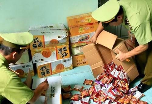 Hàng nghìn bánh Trung thu được đóng vào các hộp bìa các tông bị quản lý thị trường phát hiện. Ảnh: Sơn Dương