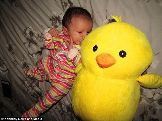 Mẹ cô bé gọi con gái là gà con bé bỏng.