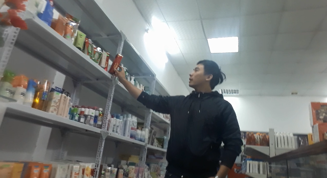 Nhân viên ở cửa hàng Khánh Phương giới thiệu một số mặt hàng xách tay bày bán ở đây.