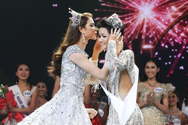 Phạm Hương trao vương miện cho Hhen Niê.