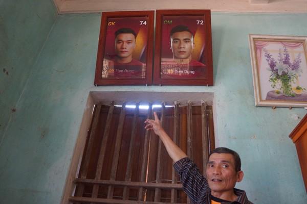 Ông Bùi Văn Khánh hạnh phúc khoe ảnh hai con trai đều là cầu thủ xuất sắc của đội tuyển Việt Nam. Ảnh Zing