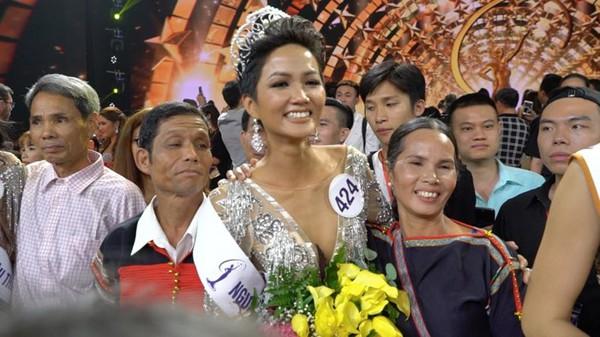 Hoa hậu Hoàn vũ Việt Nam 2017 Hhen Niê chia sẻ niềm hạnh phúc bên bố mẹ.