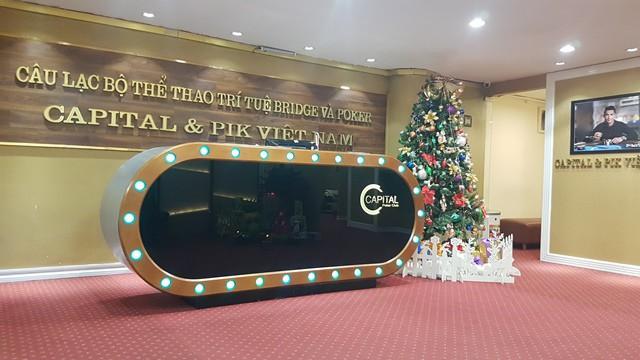 """Sau khi bị Hiệp hội Bridge & Poker Việt Nam khai trừ hội viên, Capital Poker Club chuyển sang trụ sở mới và """"thoát xác"""" thành Capital & Pik Poker Club."""