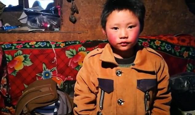 Wang là một cậu bé 8 tuổi hiếu học và yêu thương gia đình.