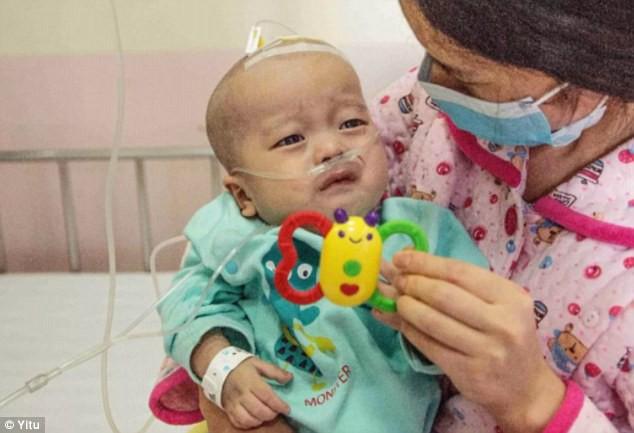 Câu bé 14 tháng bị u xương và bố mẹ không có tiền để phẫu thuật cho em.