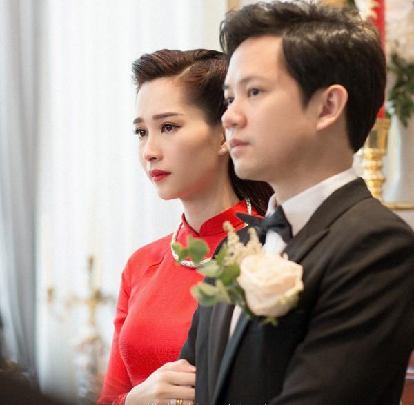 Hoa hậu Thu Thảo rơi nước mắt vì hạnh phúc trong đám hỏi.