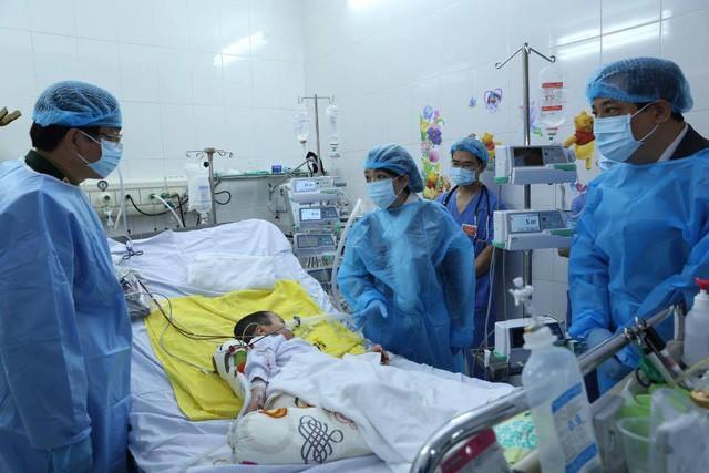 Bộ trưởng Bộ Y tế Nguyễn Thị Kim Tiến thăm bệnh nhân đầu tiên được ghép phổi. Ảnh: T.V