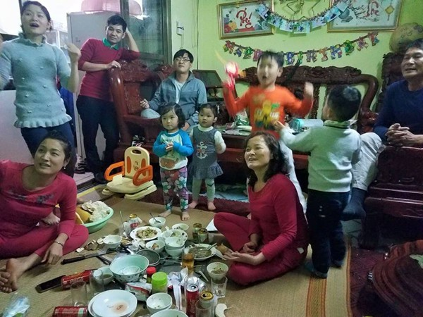 Gia đình chị Kim Oanh ở Hà Nội vỡ ào cảm xúc trong trận chiến thắng của đội Việt Nam.