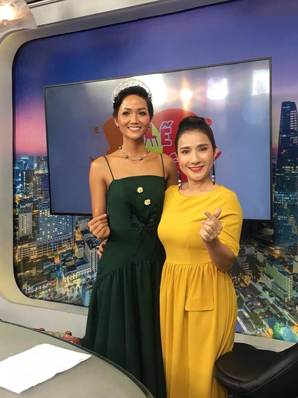 Hoa hậu Hhen Niê và MC Cát Tường.