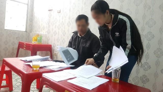 Cháu N.T.Q cùng tập đơn thư, giấy tờ và chứng cứ liên quan đến vụ việc để gửi đến cơ quan CSĐT - Công an TP Hà Nội