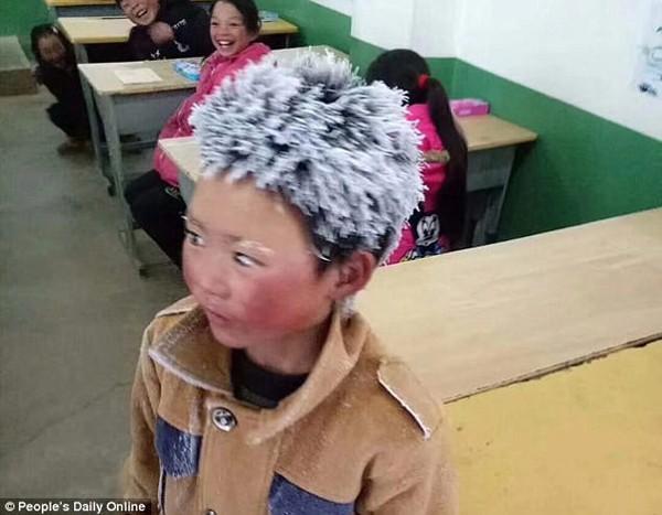 Ngày 8/1, một cậu bé Vân Nam (Trung Quốc) có mái tóc frozen đã khiến cộng đồng mạng chao đảo. Cậu bé đã đi bộ gần một tiếng giữa trời băng giá để đến thi học kỳ.