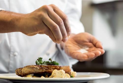 Khi nấu, chế biến các loại thực phẩm bạn cần cho một lượng muối vừa đủ, không nên cho quá nhiều. Ảnh: T.G