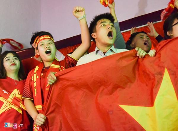 Người hâm mộ vỡ òa trong hạnh phúc chiến thắng: Việt Nam đã chiến thắng rồi. Việt Nam, Việt Nam.